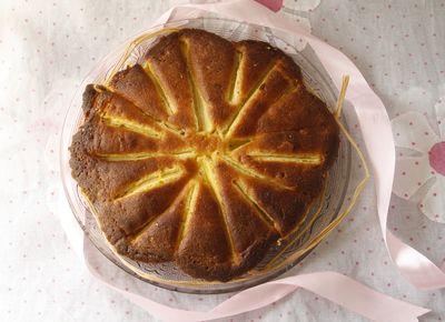 Gâteau amaretti à la rhubarbe, glaçage orange et romarin
